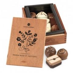 12 Pralinen in Holzkästchen mit Gravurmöglichkeit