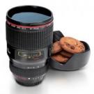 ausgefallener Kaffeebecher in Kamera Objektiv Optik
